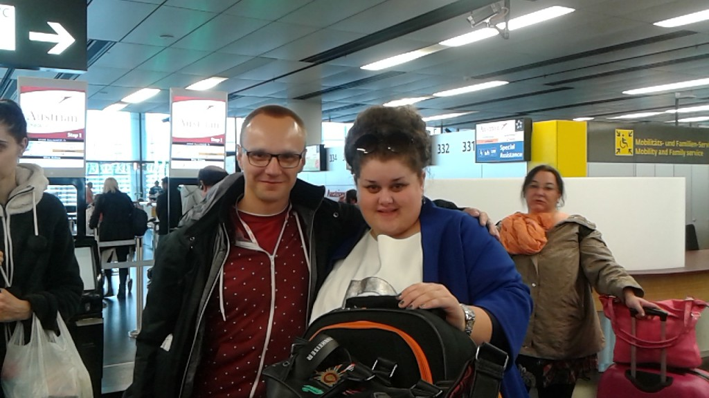 "Bojana Stamenov, diva z Serbii (""Beauty never lies"") i Mariusz Kurc na lotnisku w Wiedniu (24 maja br.)"